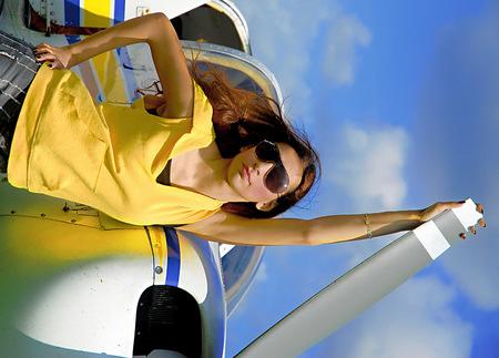 Aysel bij het vliegtuig - Aysel bij de prop van het vliegtuig - foto door HansvAlphen op 04-12-2007 - deze foto bevat: aysel