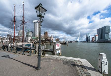 Hotspot bij de Veerhaven - 3 verticale foto's op 14mm samengevoegd - foto door Sjvdp op 07-03-2021 - deze foto bevat: wolken, uitzicht, water, boot, architectuur, brug, reisfotografie