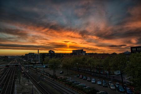 Zonsopkomst in Breda - Vanaf de tijdelijk loopbrug bij station Breda heb ik deze foto genomen. Was onderweg met de trein en zag deze lucht en toch maar even snel uitgestapt - foto door MarcoV1 op 09-11-2014 - deze foto bevat: station, lucht, zon, natuur, landschap, zonsopkomst, breda