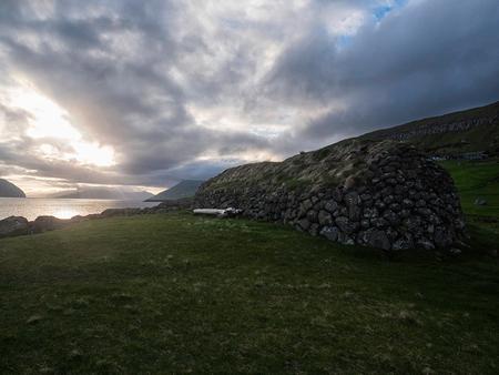 Kirkjebur, Faeröer - Zonsondergang bij Kirkjebur - foto door Lakesite op 13-09-2017 - deze foto bevat: lucht, wolken, kleur, zon, uitzicht, zee, water, natuur, zonsondergang, vakantie, reizen, landschap, zomer, reisfotografie, europa, Faeröer