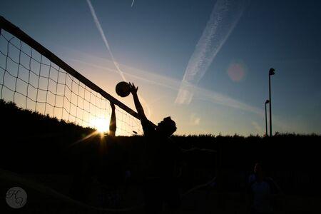Beach Volleybal - Een potje Beach Volleybal met zonsondergang - foto door kyanivullings op 14-08-2015 - deze foto bevat: zon, silhouet, beach, volleybal