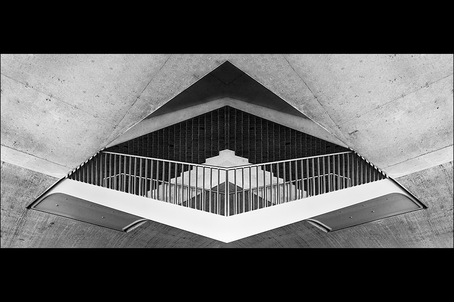 Evil eye? - Het hoofdgerecht betreft een onderdeel van de trappen van de Oversteek in Nijmegen, geserveerd met een eigen gemaakte jus :) - foto door Annemiek1979 op 26-06-2014 - deze foto bevat: abstract, lijnen, boos, spiegeling, oog, kunst, brug, eindhoven, eye, zwartwit, structuren, manipulatie, evil