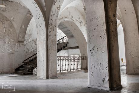 In een oud verlaten klooster