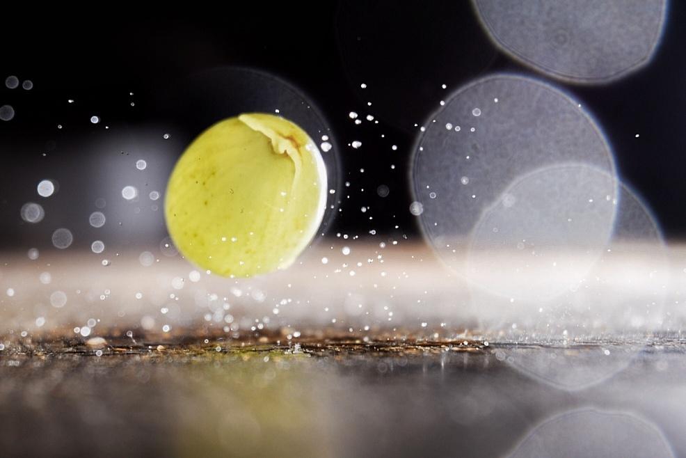 Druif Splash 2! - Foto is ontstaan via een high speed photography experiment waarbij de flits voor het plaatje zorgt. - foto door RemyvdPol op 22-10-2020 - deze foto bevat: splash, druif, high speed fotografie