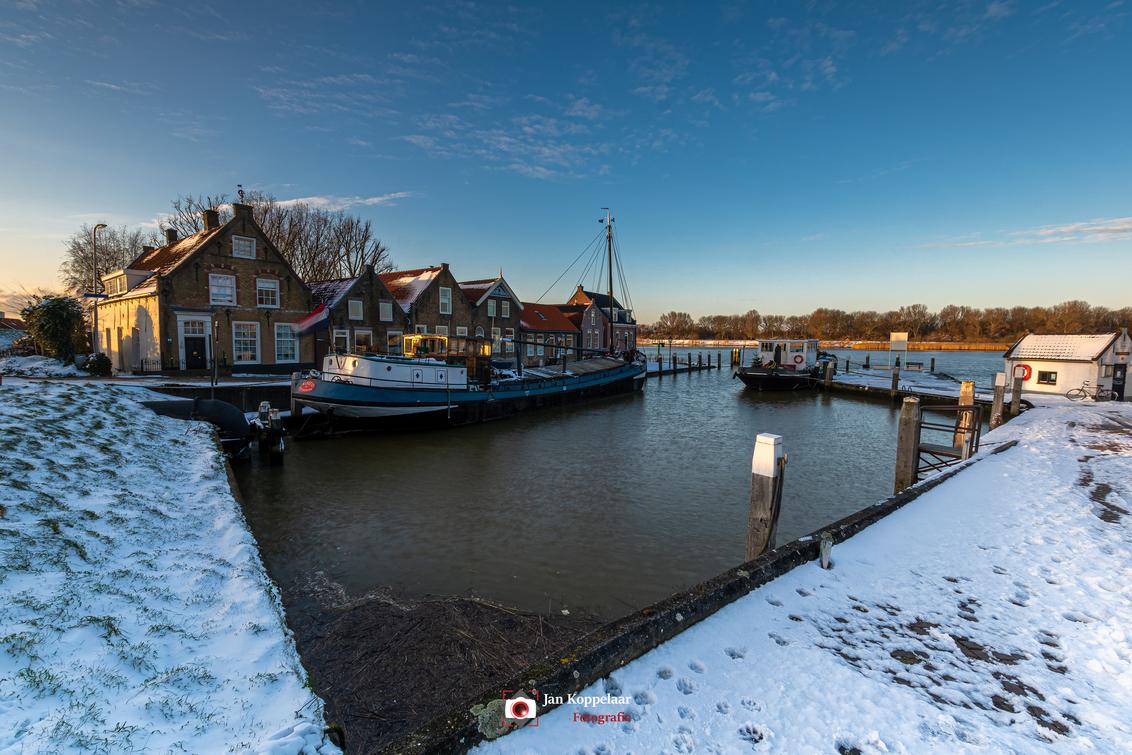 Harbour - [b]Harbour[/b] Een foto van een plek wat ik al eerder in gedachten had. Maar nu er sneeuw lag, had ik een extra reden om naar deze haven van Putters - foto door fotografie-2 op 15-02-2021 - deze foto bevat: lucht, wolken, zon, water, dijk, licht, boot, sneeuw, winter, ijs, landschap, bomen, haven, rivier, hdr, puttershoek, landschapsfotografie, hoeksche waard, jkoppelaar