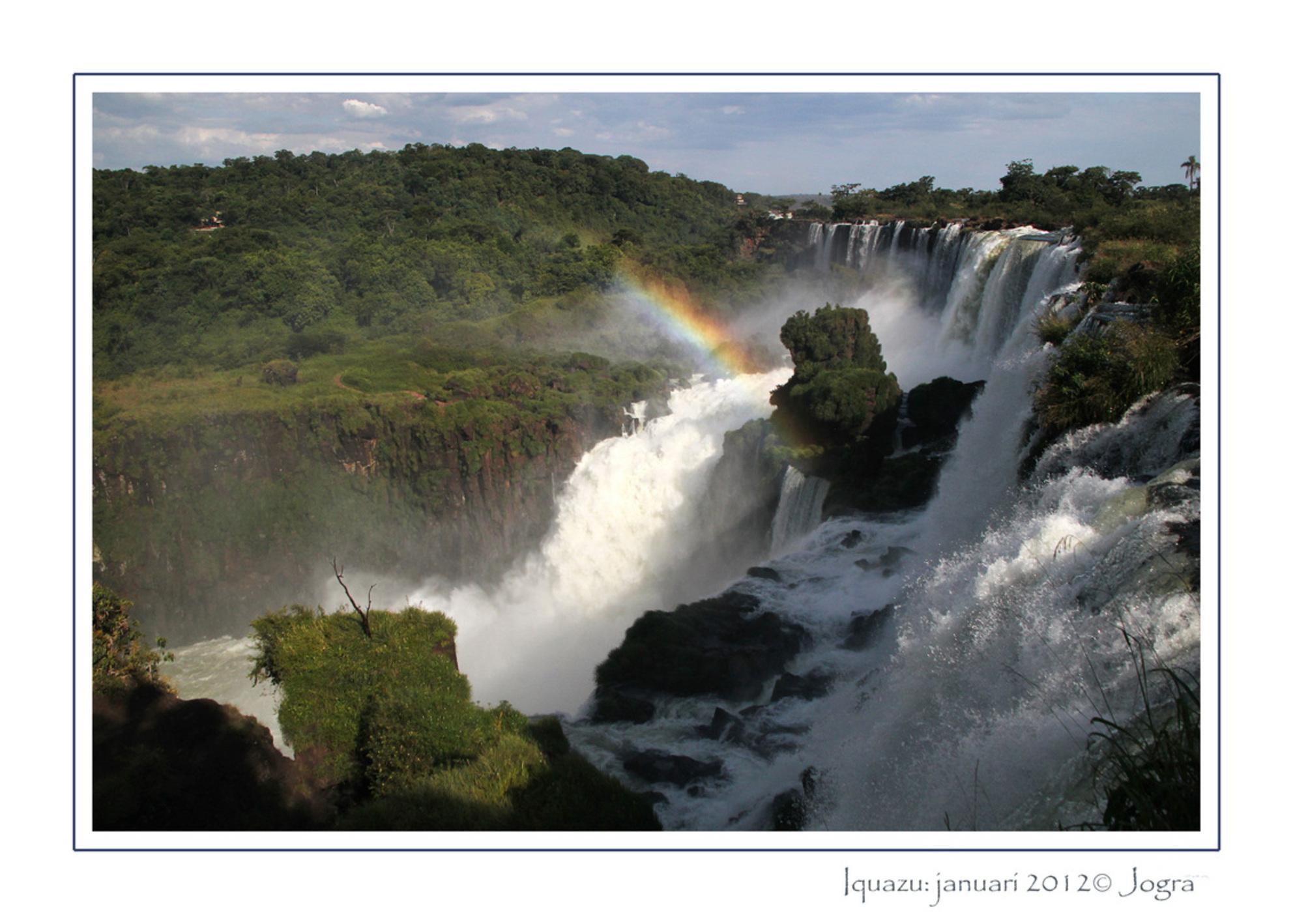 met donderend geweld - De watervallen bij Iquazu. Sinds kort, heel terecht, een van de 7 natuur wereld wonderen. Een plek op aarde waar je je heel klein voelt en de kracht  - foto door Lathyrus op 30-01-2012 - deze foto bevat: waterval, brazilie, iquazu