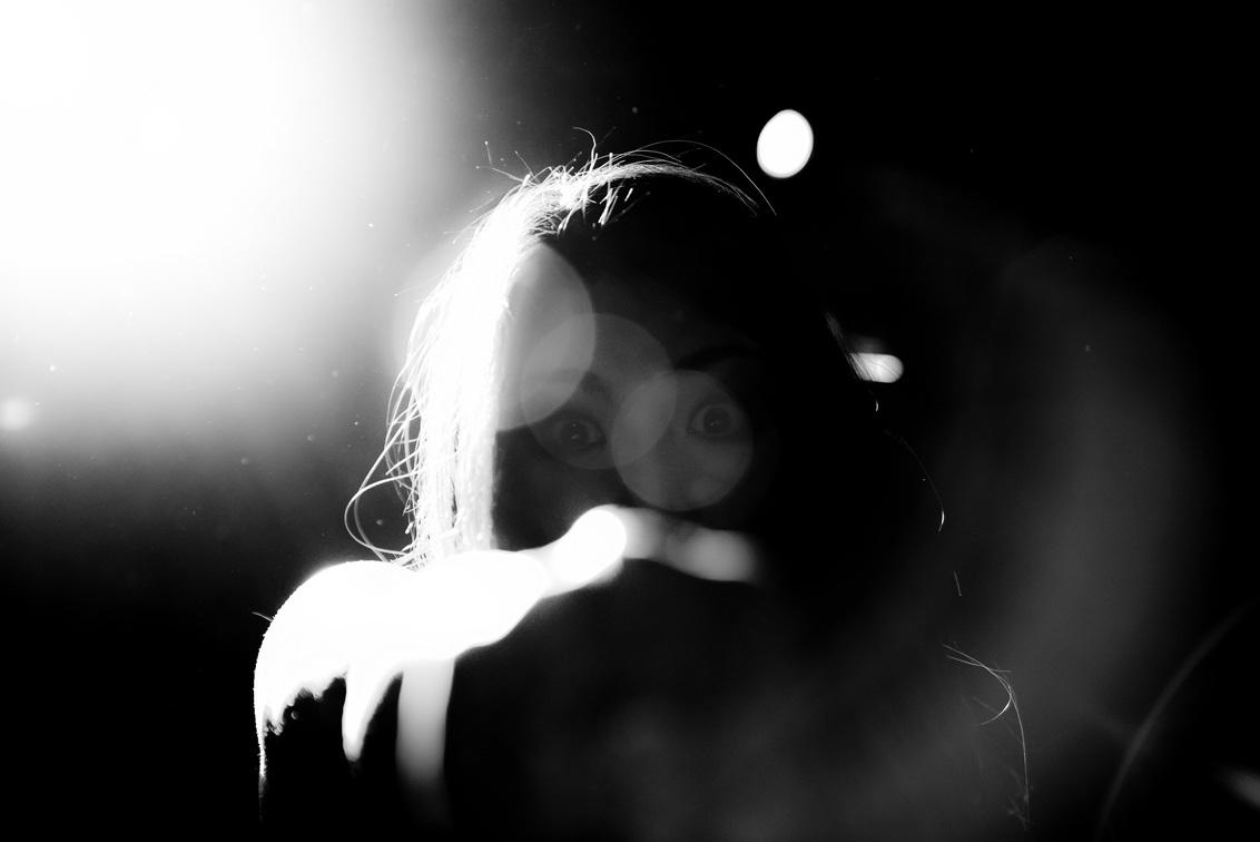 Otoboke Beaver - Complexity festival - JvH013Photo-10 - Maak kennis met Acco RinRin van de Japanse all-female punkband Otoboke Beaver. Nadat zij mijn biertje het publiek in heeft gegooid, deed ze een 'vrie - foto door JvHClickz op 25-02-2020 - deze foto bevat: licht, portret, tegenlicht, artiest, muziek, optreden, concert, zingen, band, muzikant, geluid, kracht, rock, zwartwit, zangeres, feest, live, festival, concertfotografie, scherptediepte, microfoon