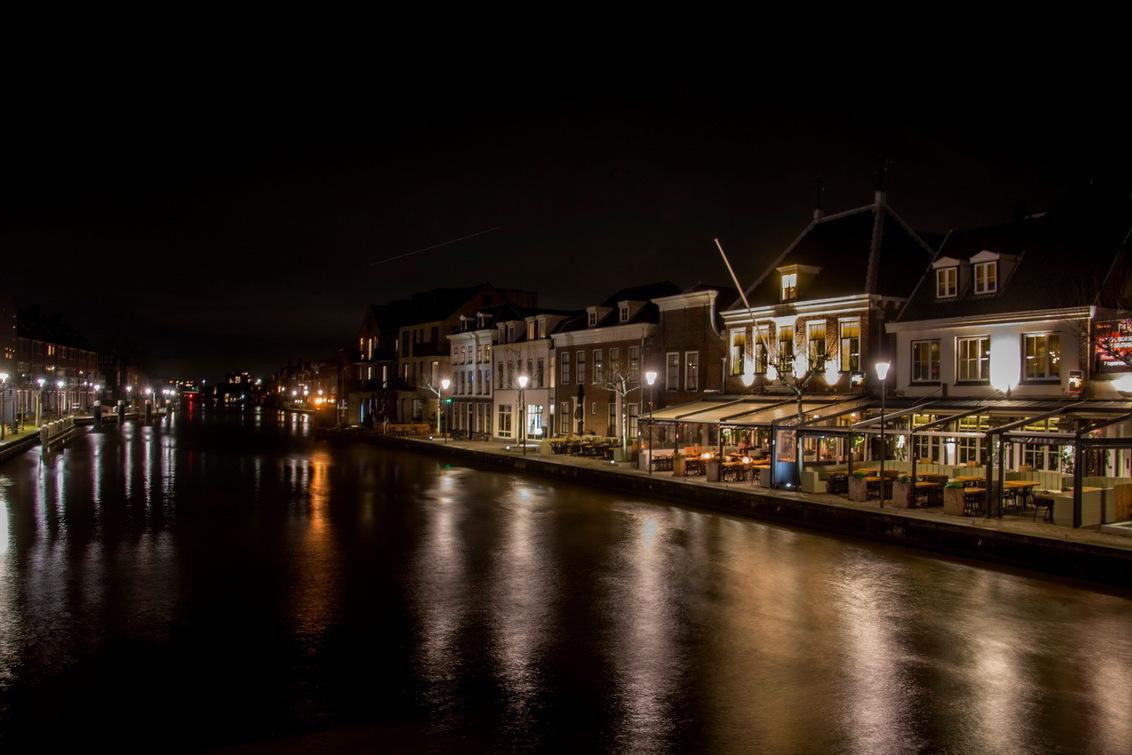 Gezicht op de Oude Rijn - - - foto door fotohela op 19-02-2020 - deze foto bevat: donker, water, panorama, licht, boot, avond, spiegeling, landschap, tegenlicht, maan, brug, rivier, nacht, terras, kade, lange sluitertijd, alphen aan den rijn, oude rijn