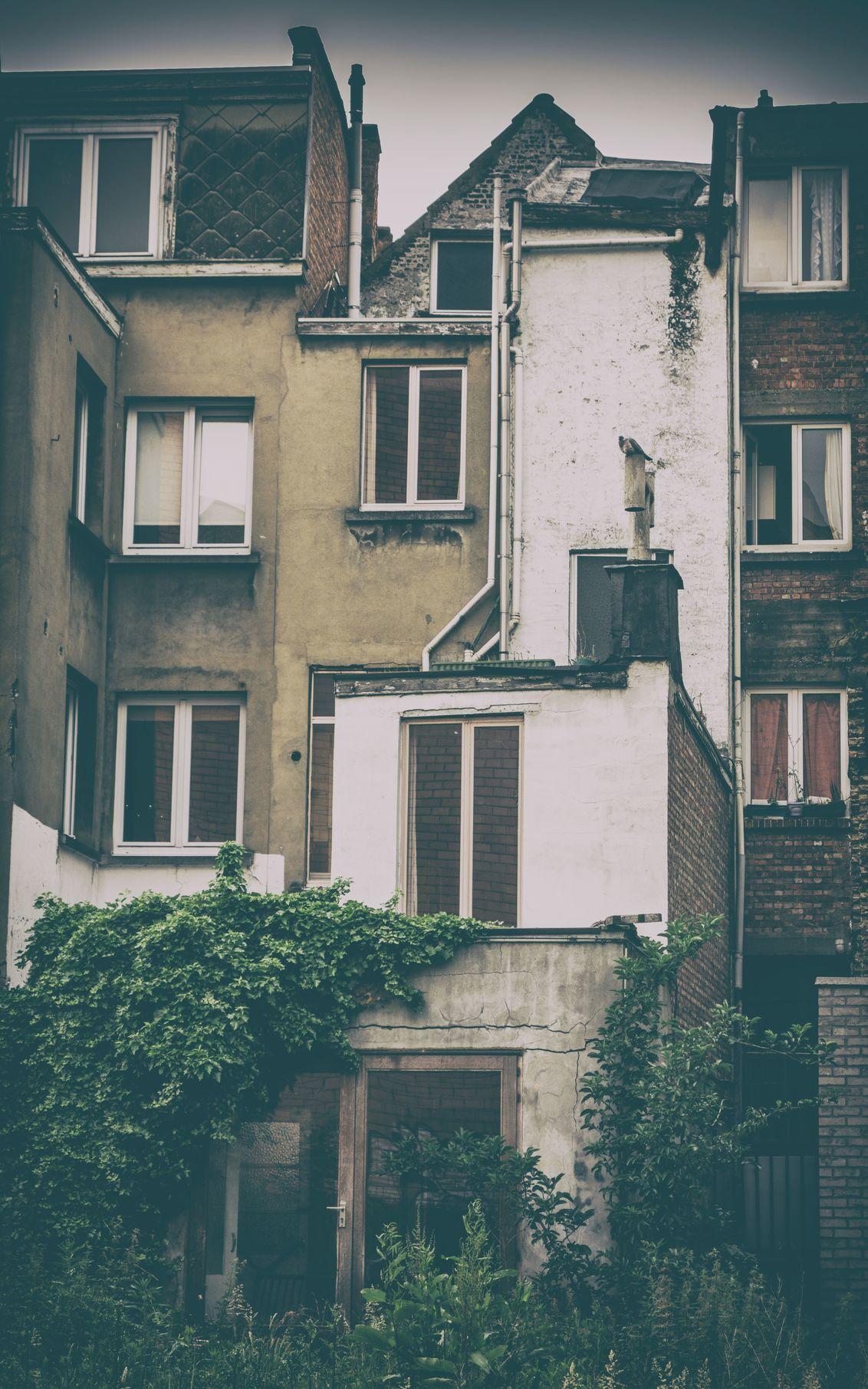Antwerpen - Verval - Vervallen huisjes in Antwerpen, een veel voorkomend beeld dat ook zijn charmes heeft.  Foto bewerkt bij het programma Analog Efex Pro van de Nik co - foto door Krulkoos op 31-05-2016 - deze foto bevat: architectuur, antwerpen, huizen, huisje, verlaten, verval, filter, urbex, rx100, Analog Efex Pro, maurice weststrate, nik collectie, gogle, klein huis
