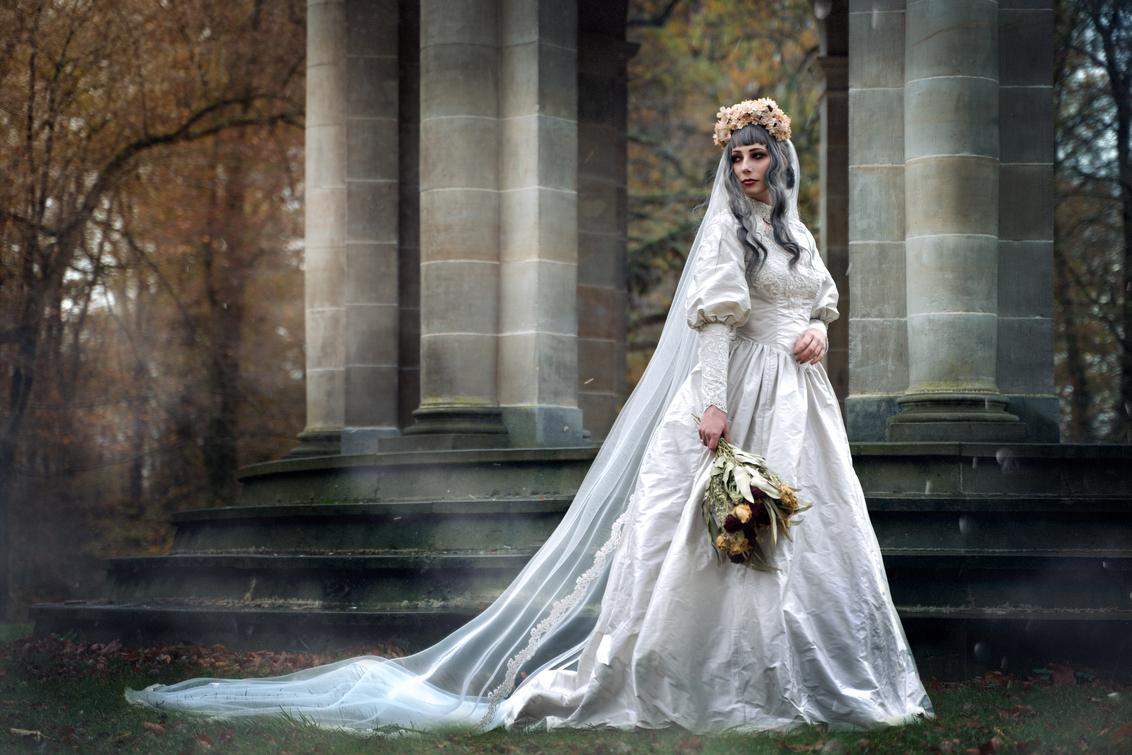Bruid - Deze bruid spookt al een tijdje rond  nadat ze is vermoord na haar bruiloft. Tenminste, dat denken we. - foto door Lauwra op 28-02-2021 - deze foto bevat: alternatief, bruid, fantasy, duister