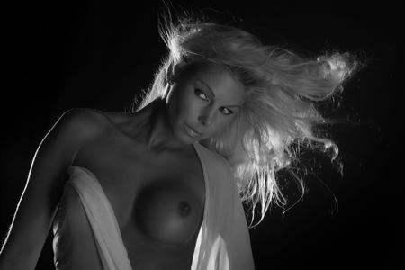 BEAUTY IN THE DarK III - vrouwelijk schoon - foto door boldy_zoom op 21-10-2008 - deze foto bevat: donker, handen, wind, erotiek, mooi, naakt, jong, schoonheid, blond, nagels, lichaam, borsten, doek, bloot, tepel, sexy, verlangen, onschuld