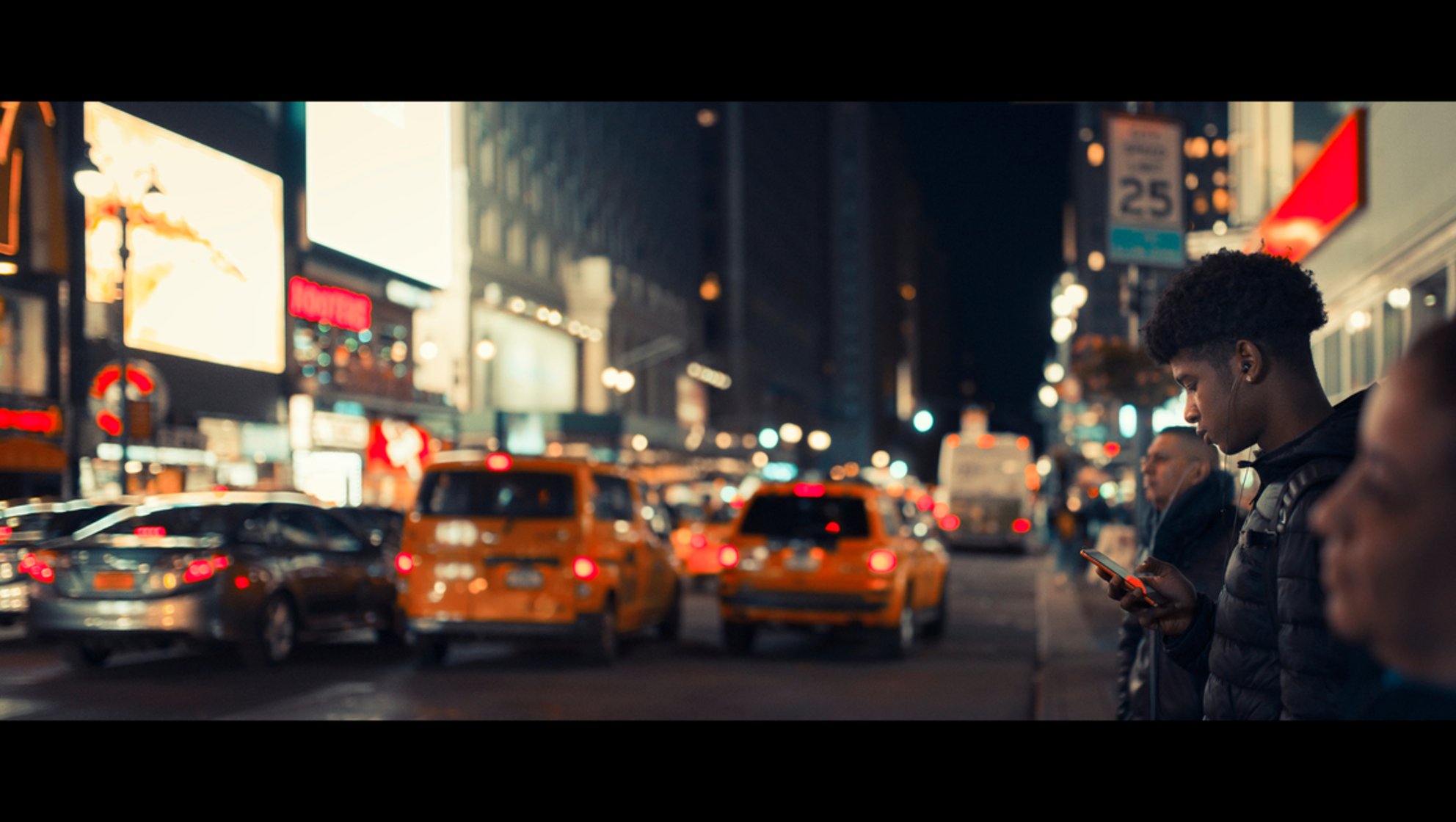 Best Kept Secret - [view full screen in a dark setting] - foto door CHRIZ op 18-03-2020 - deze foto bevat: man, mensen, straat, licht, avond, stad, nyc, nacht, film, manhattan, straatfotografie, 35mm, New York, cinematic, cinematic street, cinestill