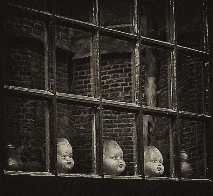 Kinderkopjes :) - Kinderkopjes achter een raam! Ze kijken uit op de St Stevenskerk in Nijmegen.   Bedankt voor jullie reacties op t valkhof! - foto door thuban op 19-03-2009 - deze foto bevat: pop, spiegeling, antiek, reflectie, kind, raam, kop, speelgoed, nijmegen