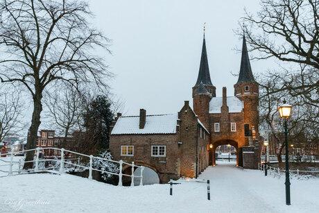Oostpoort Delft in de sneeuw