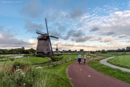 Alkmaarse molens - Super trots dat deze foto op Instagram is gefeatured door zoom! - foto door m_oudenaarden op 28-07-2020 - deze foto bevat: oud, groen, lucht, wolken, mensen, kleur, licht, avond, lijnen, fiets, bewerkt, landschap, stilleven, stad, molen, holland, nederland, alkmaar, bewerking, sfeer, polder, photoshop, noordholland, europa, lightroom, nik, noord-holland, fotohela