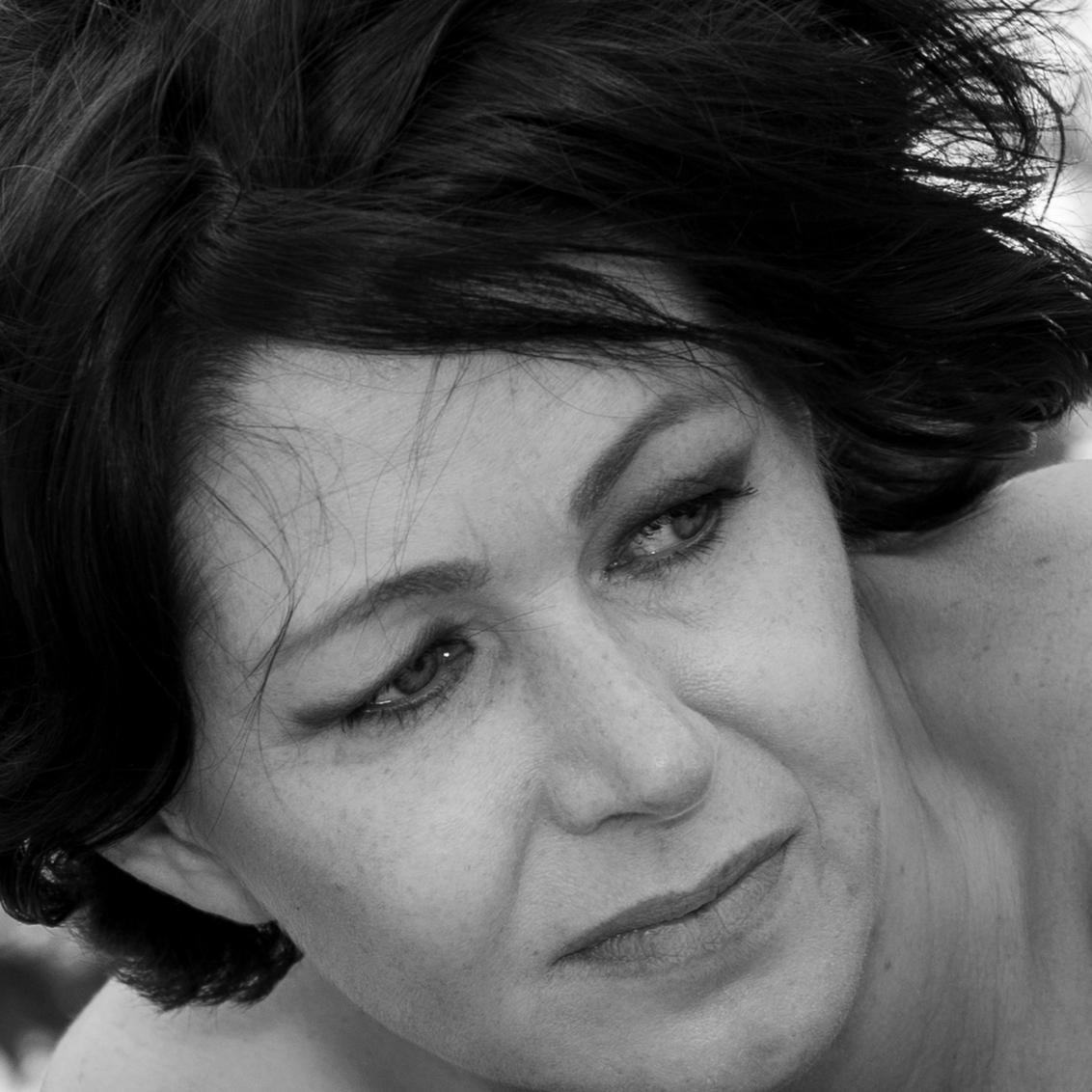 Make up your mind - Uit de serie portretten - foto door oostindienjp op 23-06-2019 - deze foto bevat: portret, portrait, zw, intiem, closeup, samenwerking, verbonden, vertrouwen, ella, connected