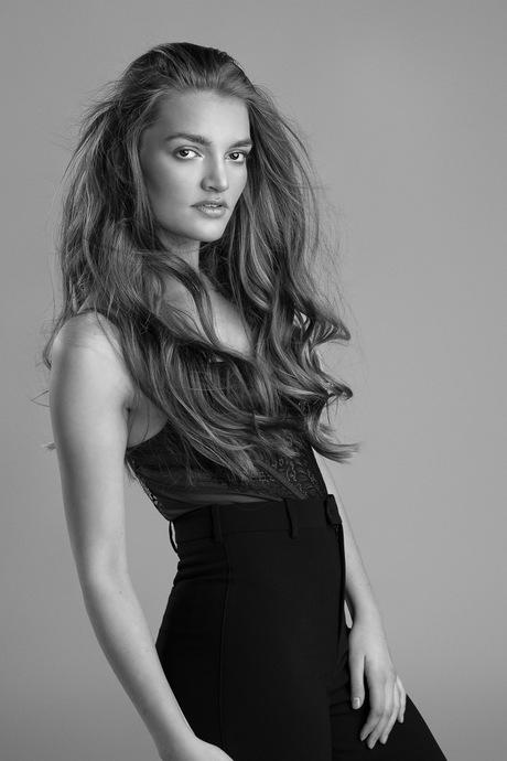 Tess fashionable in Black & White - 4