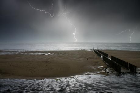 Onweer boven zee