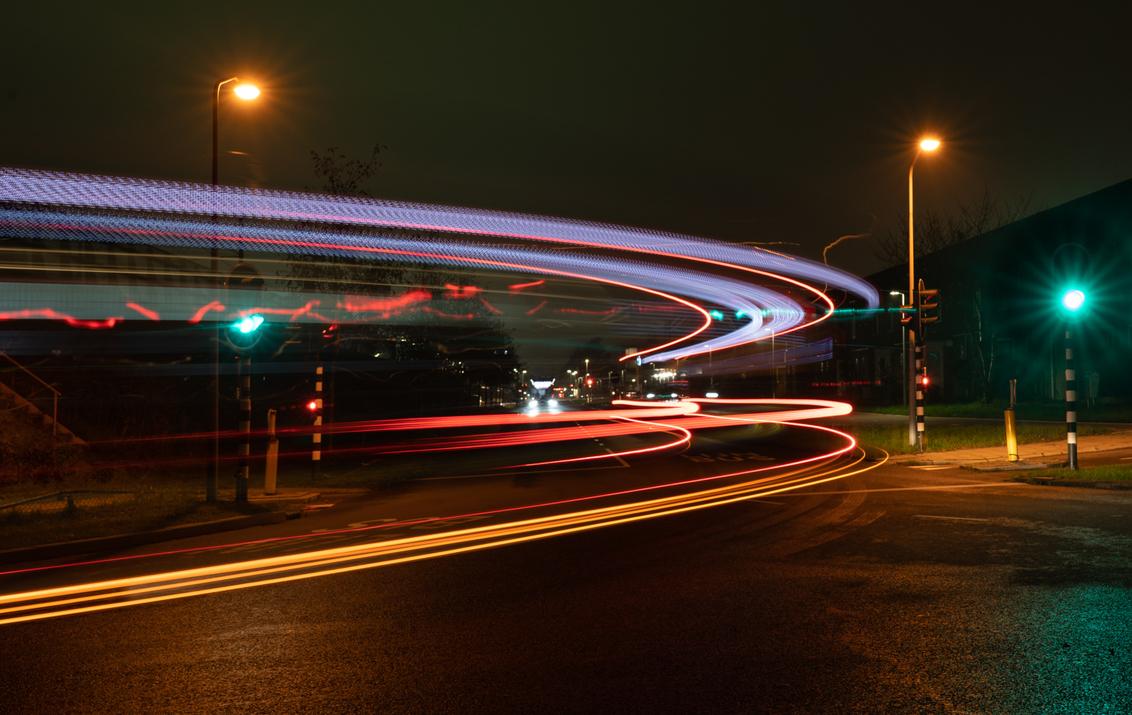De bus - De bus kwam voorbij. Vanmiddag gemaakt in de Muziekwijk in Almere langs de busbaan. Doordat ik een lange sluitertijd heb gebruikt zie je de bus niet  - foto door reinder.tasma op 28-11-2020 - deze foto bevat: donker, licht, avond, straatfotografie, langesluitertijd