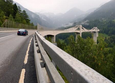 Ganterbrücke Simplonpas 1. - De Ganterbrücke is een zeldzaam brugtypen. De brug heeft een totale lengte van 678 meter en een hoofdoverspanning van 174 meter, de langste van Zwit - foto door oudmaijer op 30-10-2019 - deze foto bevat: licht, lijnen, architectuur, landschap, brug, zwiterland, alpen, Simplonpass