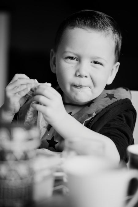 Stoere Bink - Tijdens deze gezellige fotoshoot heb ik Manuel een beetje leren kennen en wat een schattig ventje is het. Zijn gebrabbel, zijn 'kropsala' (=kropsla)  - foto door CharlotteHeynenFotografie op 11-05-2015 - deze foto bevat: licht, portret, kind, canon, lachen, zwartwit, zoon, familie, locatie, 85 mm