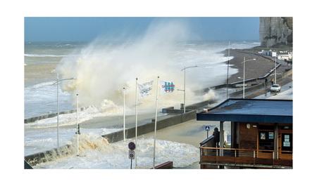 normandië 12 - nog een foto uit de serie: storm en springvloed aan de Normandische kust.... normaal wandel ik daar rustig op de boulevard.... stenen en water schi - foto door bernhard48 op 01-02-2018 - deze foto bevat: strand, zee, water, storm