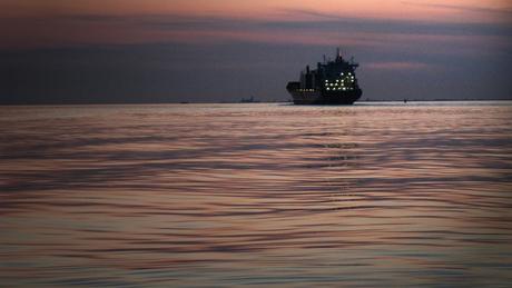 Pastelzee met silhouet op de Schelde
