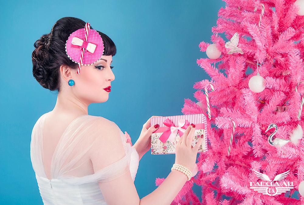 Pakjestijd - Ik ben er alvast vroeg bij om pakjes te maken :-) Kerstshoot in de studio gedaan met jawel......een roze kerstboom! Mijn trots hehe  Modelletje i - foto door damona-art op 06-12-2014 - deze foto bevat: vrouw, kerstboom, portret, model, flits, kerstmis, nikon, vintage, beauty, studio, feestdagen, fotoshoot