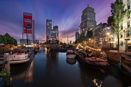 LE cityscape hartje Rotterdam - Al lang had ik dit plaatje in gedachte maar het was wachten op de goede richting van de wolken tijdens zonsondergang met veel beweging in de lucht. D - foto door DeborahValerie op 27-11-2020 - deze foto bevat: wolken, donker, kleur, water, rotterdam, boot, avond, zonsondergang, spiegeling, gebouwen, haven, bruggen, reflecties, beweging, straatfotografie, avondfotografie, cityscape, lange sluitertijd, dubbele belichting, bluehour