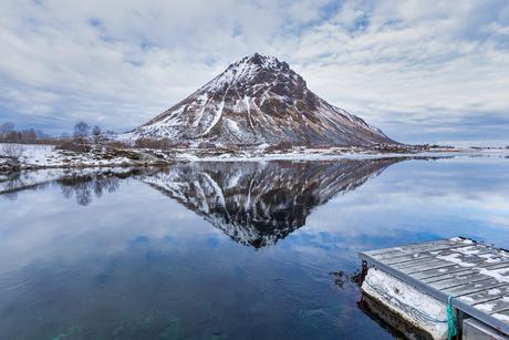 Reflectie van een berg, Lofoten Noorwegen