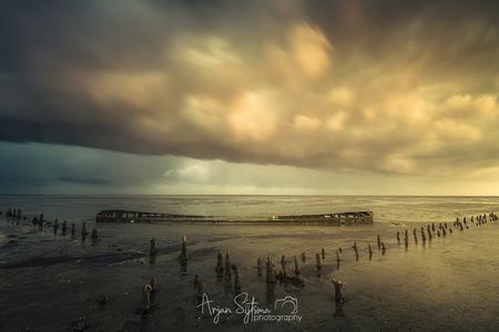 Regenachtige zonsopkomst - - - foto door ArjanSijtsma op 14-05-2019 - deze foto bevat: lucht, wolken, zon, strand, zee, water, lente, natuur, regen, bui, licht, spiegeling, landschap, tegenlicht, zonsopkomst, storm, zand, luchten, kust, eb, zonlicht, wadden, waddenzee, wad, regenbui, wierum, wrak, scheepswrak, lange sluitertijd, laag water