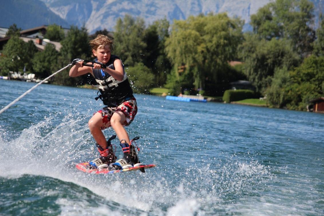 Wakeboarder - Tijdens zomervakantie '11 gemaakt, zie er al naar uit om aankomende zomervakantie weer mooie plaatjes te maken van de watersport.  Made by Rick Moo - foto door herimo op 21-06-2012 - deze foto bevat: sport, watersport, zomervakantie, waterski, wakeboard