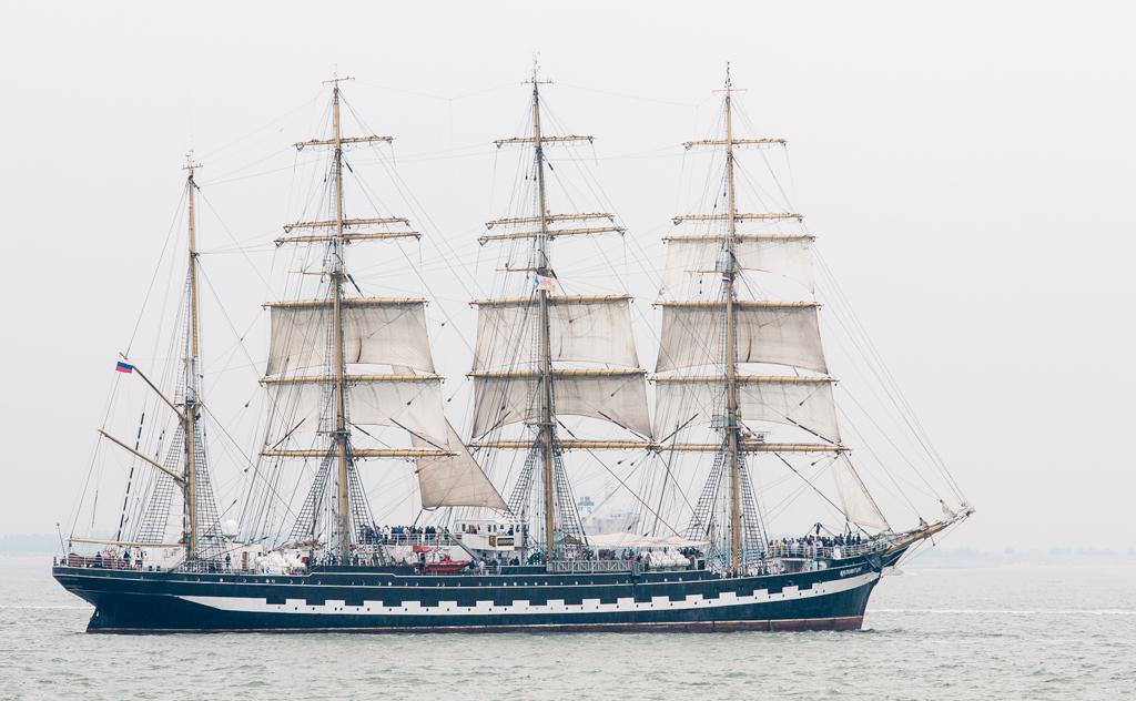 Kruzenstern - Sail de Ruyter 2013 Vlissingen  Ik zat samen met Eddy Stumpf (Stumpf op zoom.nl) eerste rang bij Dijkpalviljoen 't Puntje aan de Piet Heinkade in V - foto door henri1952 op 25-08-2013 - deze foto bevat: schip