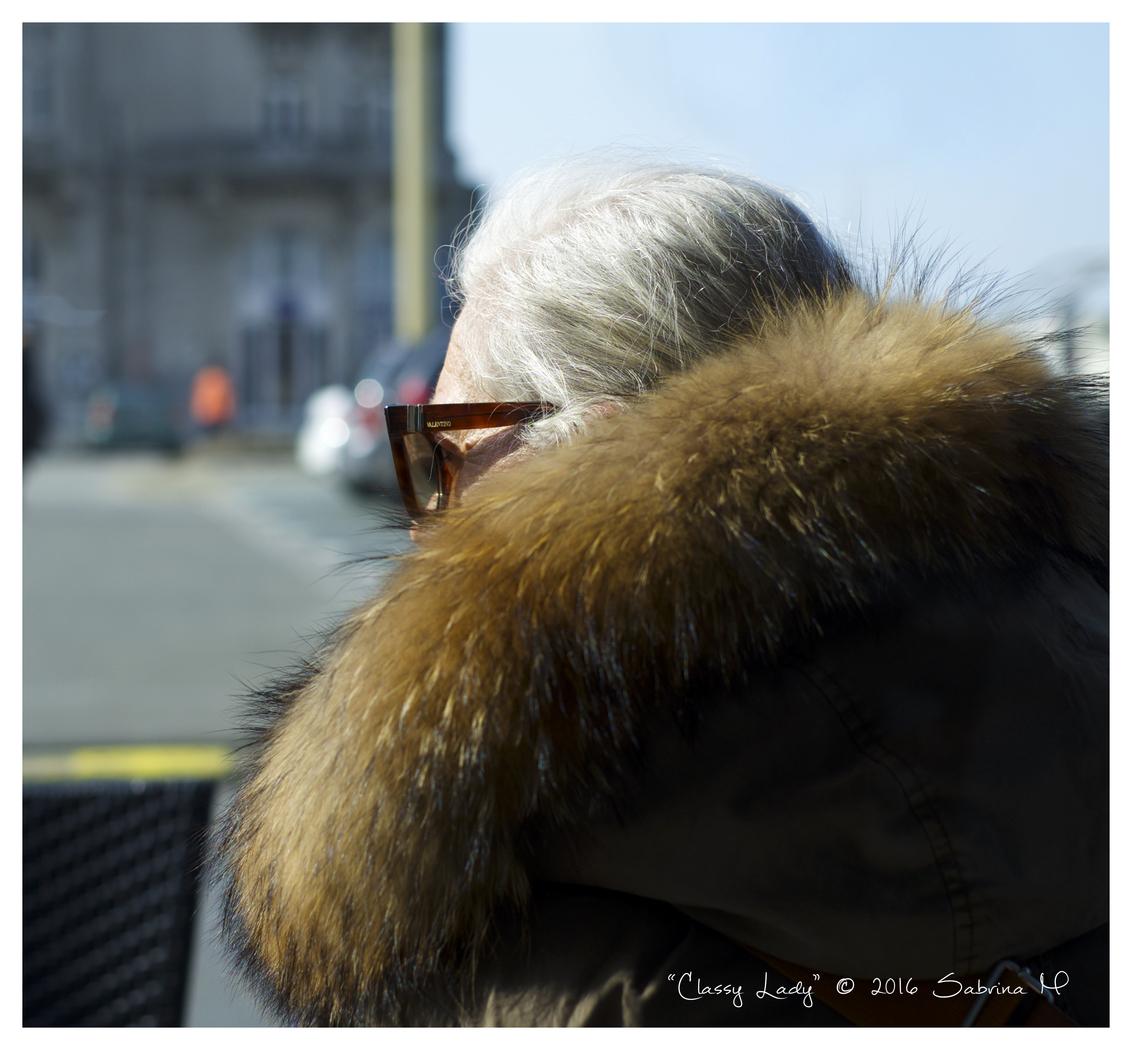 Classy Lady - Deze mevrouw moest ik gewoon fotograferen. - foto door sabbe op 18-03-2016 - deze foto bevat: vrouw, mensen, kleur, portret, straatfotografie, nieuwpoort