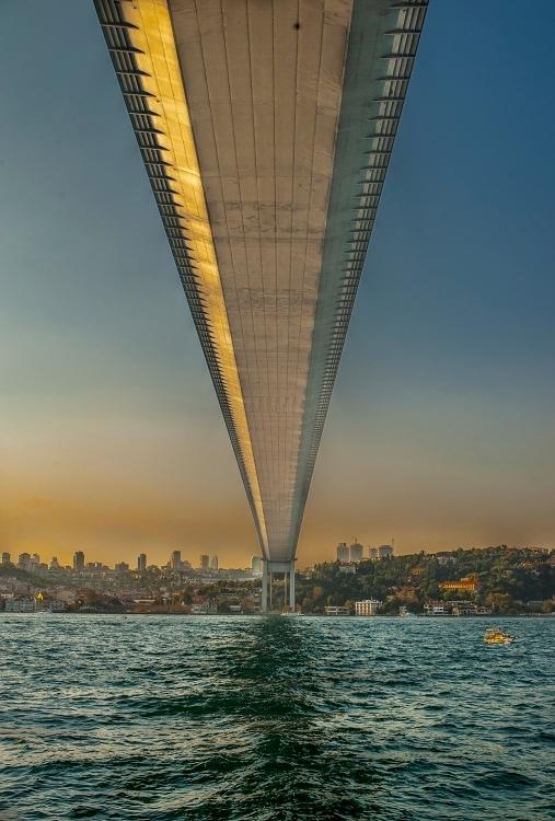 auto brug boven de Bosporus - Auto brug van onderen gezien van uit de Bosporus - foto door bloemke op 29-06-2015 - deze foto bevat: oud, lucht, water, lijnen, bootje, brug, onderkant, hdr, turkye, tonemapping, bosporus