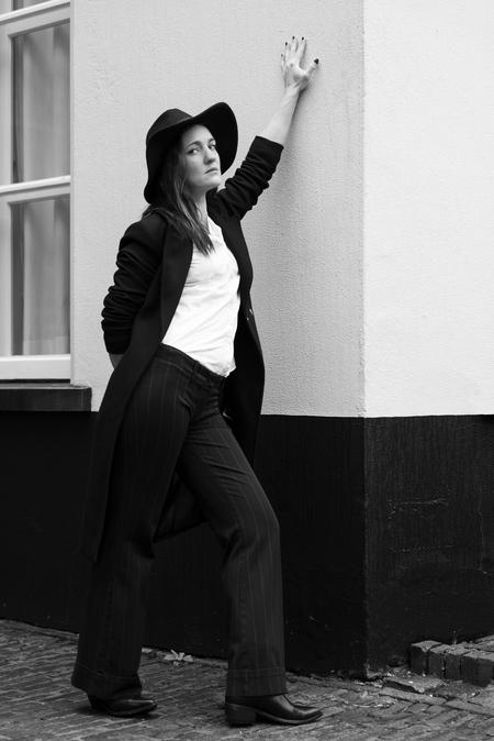 90's shoot - - - foto door DaphneGodschalk op 31-01-2020 - deze foto bevat: vrouw, portret, reclame, model, fashion, beauty, zwartwit, pose, mode, magazine, fotoshoot, locatie, commercial, editorial, fashionfotografie