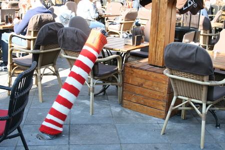 Lekker warm paaltje - Mooi aangekleed! - foto door Froukje51 op 28-02-2019 - deze foto bevat: kleur, straat, stad, terras, paaltje, middelburg, centrum, windstil, beschermd, rood-wit, gebreid