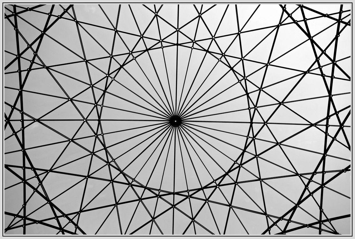 Lijnenspel - Dit is de het dak van de binnenplaats van het Scheepsvaartmuseum . Amsterdam - foto door jelle13 op 26-02-2021 - deze foto bevat: lucht, amsterdam, abstract, licht, lijnen, zwartwit