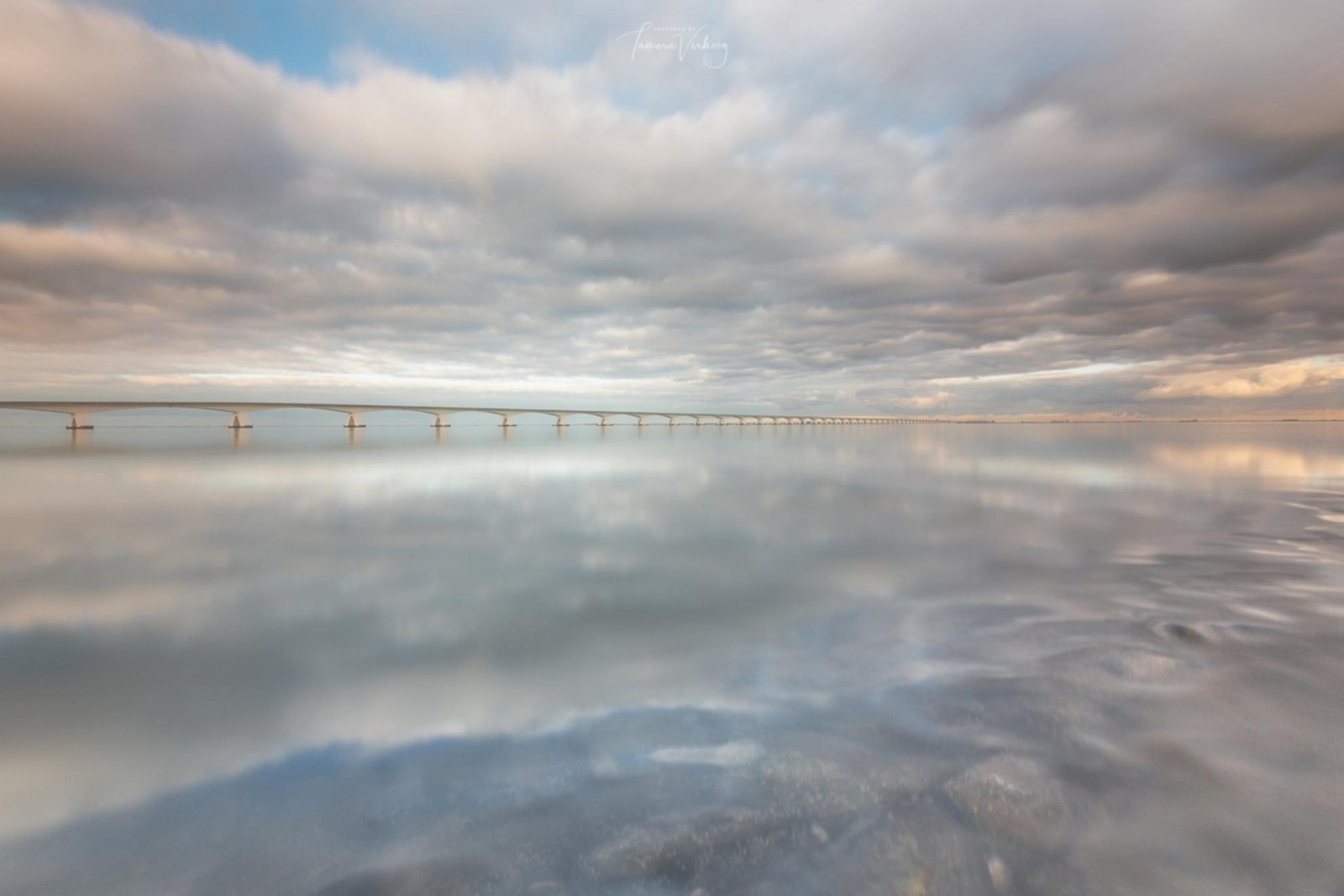 Zeelandbrug - Zeelandbrug, het was alweer een tijdje geleden. Wat een geluk met de weersomstandigheden. - foto door tamsanver op 27-12-2018 - deze foto bevat: lucht, wolken, zon, strand, zee, water, natuur, licht, landschap, zand, brug, kust, reflecties, zeelandbrug, lange sluitertijd - Deze foto mag gebruikt worden in een Zoom.nl publicatie