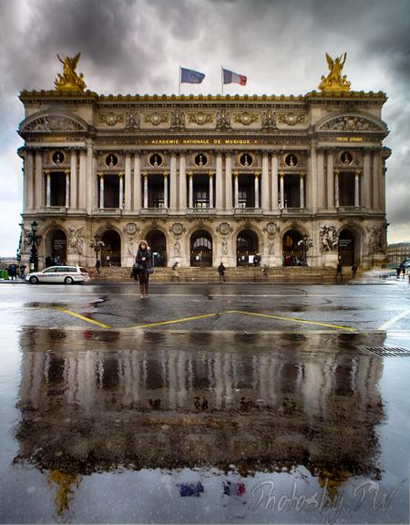 Opéra Garnier - In de stromende regen deze opname gemaakt.  Het zijn 3 foto's, gemaakt met de Laowa 15mm waarbij de lens vanuit de ene uiterste shift-positie, via  - foto door PeterWesterik op 01-05-2016 - deze foto bevat: reflectie, prijs, opera, stich, laowo 15mm, shift-lens