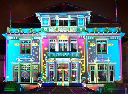 FUNHOUSE - Ook deze foto is gemaakt tijdens Glow Eindhoven. Schitterend vind ik dit huis met deze lichteffecten. - foto door Monere op 16-11-2013 - deze foto bevat: roze, groen, kleur, blauw, geel, licht, eindhoven, glow, huis