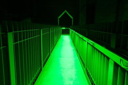 perpectief in groen - - - foto door hooge559 op 26-04-2017 - deze foto bevat: licht, avond, lijnen, architectuur, nacht, perspectief, fabriek, verlaten, urbex, urban exploring, lange sluitertijd