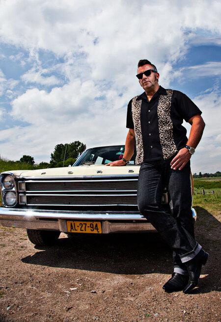 Back to the 60's part II - Vandaag samen met fotograaf Steve een strobist fotoshoot gedaan bij de Rijn in Arnhem. Via een workshop was ik in contact gekomen met Lonneke. Het id - foto door mmuetst op 22-05-2011 - deze foto bevat: portret, familie, strobist, Rock and Roll