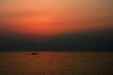 4 mans kajak bij zonsondergang