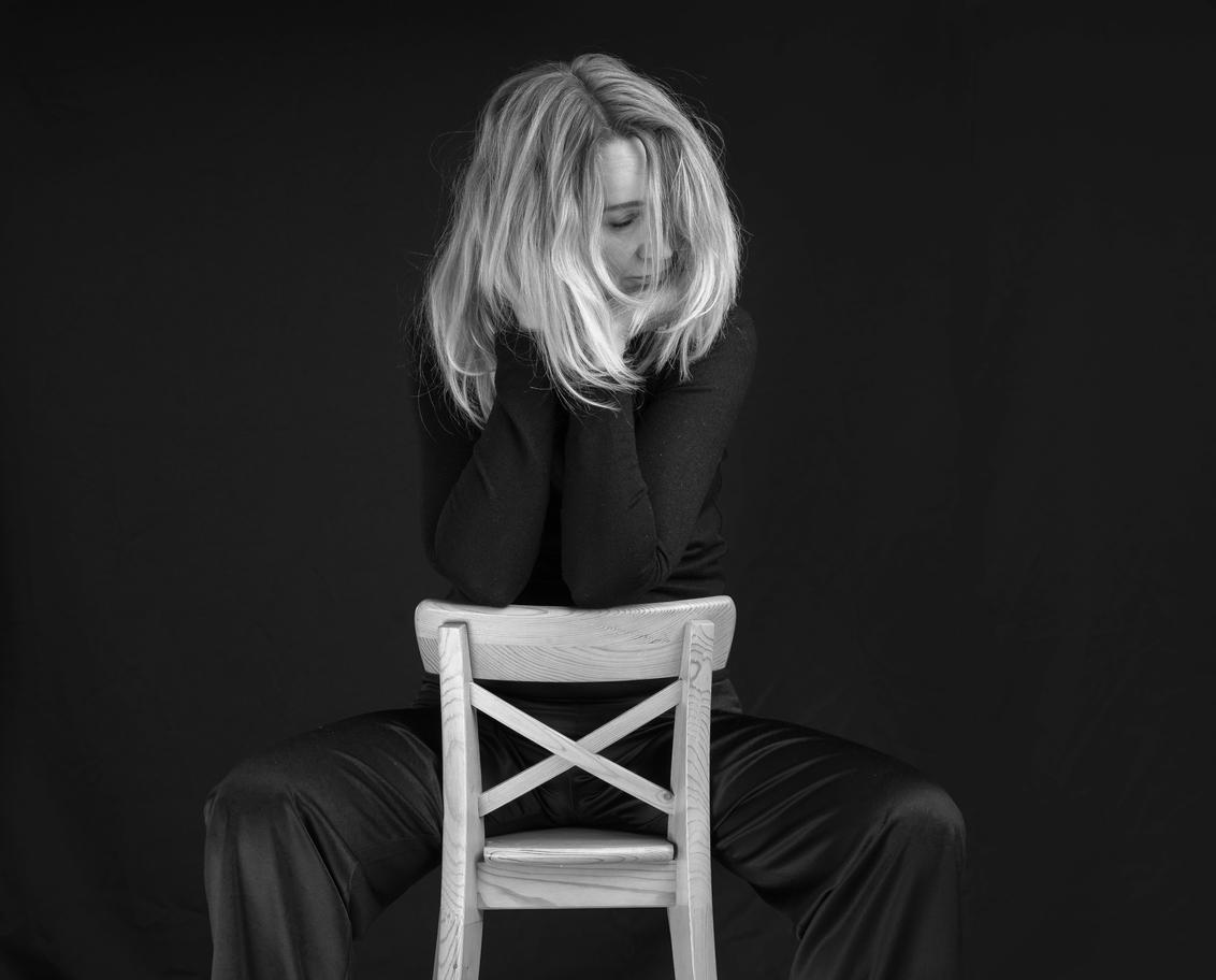 In gedachten - Afwezig in aanwezigheid. - foto door FrankNeefjes op 05-03-2021 - deze foto bevat: donker, licht, portret, flits, haar, lief, beauty, zwartwit, blond, fotoshoot, flitser, lowkey