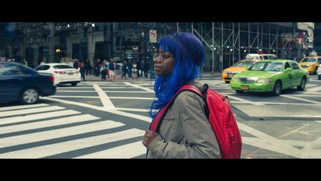 United Colors - [view full screen] - foto door CHRIZ op 09-01-2017 - deze foto bevat: vrouw, straat, nyc, film, manhattan, straatfotografie, 35mm, New York, cinematic street