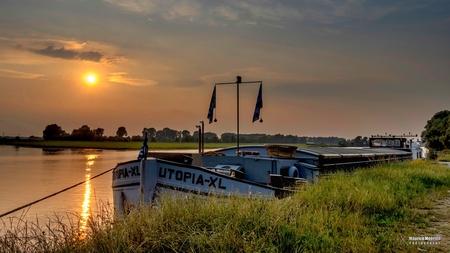 Zonsondergang - Zonsondergang - foto door MauriceMeerten op 16-06-2018 - deze foto bevat: lucht, sunset, air, boot, zonsondergang, sun, sunlight, schip, clouds, sundown, sky, sunshine, colors, colours, colorful, evening, sonnenuntergang, zoomnluitdaging