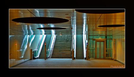 Forbidden pictures 7 - Metro Rotterdam Wilhelminaplein, waar we niet mochten fotograferen ook al liepen we niemand in de weg, want er was gewoon niemand. - foto door PhotoMad op 24-03-2010 - deze foto bevat: station, rotterdam, metro, hal, ret, stationashal