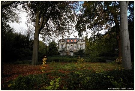 Spookhuis Ivicke - [b] Spookhuis Ivicke[/b]  Landhuis 'Ivicke' gelegen in het Landgoed Backershagen te Wassenaar staat bij buurtbewoners bekend als spookhuis. Nu van  - foto door TommyDijkwel op 08-11-2017 - deze foto bevat: landschap, wassenaar, spookhuis, urbex, huize ivicke, landgoed backershagen