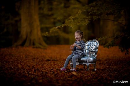 Autumn - Gisteren met de cameraspullen en een stoel naar het bos gegaan. De bladeren beginnen nu mooi te verkleuren en hier wilde ik gebruik van maken.  Voo - foto door mkview op 21-10-2014 - deze foto bevat: licht, herfst, bos, flits, kind, canon, meisje, stoel, fotoshoot, flitser, strobist, Herfstshoot